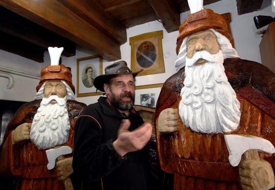 Čtyři nadživotní sochy děda Praděda